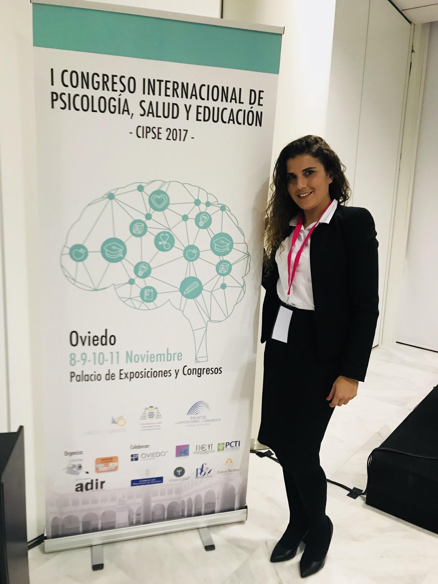Dra. Zaira Santana-Amador con el cartel del congreso cipse
